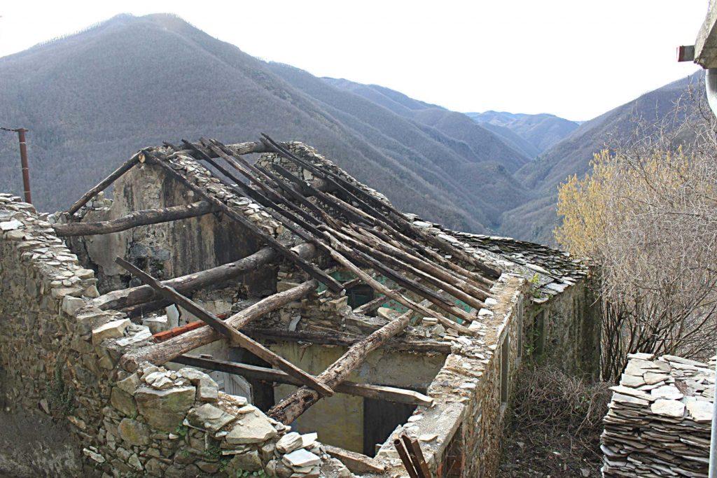 Vecchio edificio semidiroccato ma dal quale vengono recuperate le piagne